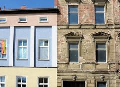 Alt + neu, Architektur in Dessau-Roßlau; restaurierte farbig abgesetzte Hausfassade neben einem renovierungsbedürftigen Gebäude.