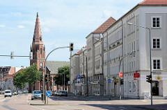 Blick durch die Zerbster Straße zur Propsteikirche St. Peter und Paul in Dessau-Roßlau; katholische Kirche im Baustil der Neogotik.