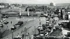 Historische Ansicht der Stadt Stettin an der Oder - Frachtschiffe liegen am Hafenkai, Blick zur langen Brücke / Hansabrücke.