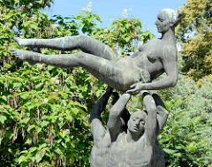 Figurengruppe Der Friede trägt das Leben vom Bildhauer Bernd Göbel; aufgestellt Friedensplatz Dessau.