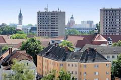 Blick über die Dächer der Stadt Dessau-Roßlau; Hochhäuser und Wohnblocks.