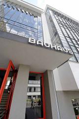 Eingang und Schriftzug Bauhaus / Bauhausgebäude Dessau - Schulgebäude für die Kunst-, Design- und Architekturschule Bauhaus.