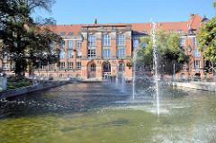 Springbrunnen vor dem Universitätsgebäude der Stadt Stettin.
