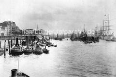 Blick in den Hamburger Niederhafen an den Vorsetzen - Barkassen und Segelschiffe liegen an den Dalben.