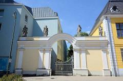 Eingang mit Skulpturen - Palais Dietrich in Dessau; erbaut 1752 von Fürst Leopold für seinen Sohn, Dietrich von Anhalt-Dessau.