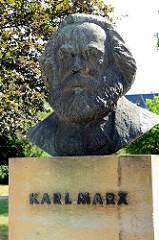 Büste von Karl Marx auf dem Friedensplatz beim Theater in Dessau; aufgestellt 1984 - Bildhauer Gerhard Geyer.