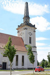 Jonitzer Kirche - ev. St. Bartholomäi-Kirche, errichtet 1725; 1826 im klassizistischen Stil umbebaut - Kirchturm mit Obelisk.