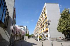 Ladenzeile beim Wohnblock / Hochhaus an der Ratsgasse in Dessau.