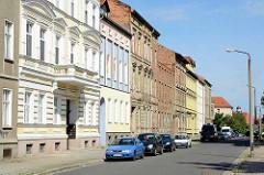 Wohnhäuser der Gründerzeit Dessau-Roßlau, teilweise restauriert mit farbiger Fassade andere Gebäude.