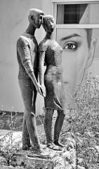 Bronzeskulptur junges Paar an der Ratsgasse in Dessau.