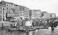Altes Bild vom Hafentreiben an der Oder in Stettin; Marktstände mit Sonnenschirmen am Kai; Wohn- und Geschäftshäuser am Fischbollwerk.