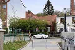 Blick über die Ohlsdorfer Straße in Hamburg Winterhude zu einem leerstehenden Bleicher Haus.