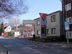 Ehemalige DEA-Tankstelle in der Ohlsdorfer Straße im Wohngebiet von Hamburg Winterhude. ( 2003 )