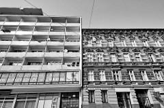 Kontraste in der Architektur - schlichter Neubau mit Balkons neben einer reich verzierten Gründerzeitfassade. Architekturbilder aus der Stadt Stettin.