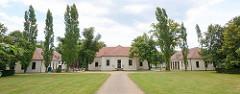 Eingang / Nebengebäude am Georgium, historischer Landschaftspark in Dessau-Roßlau.
