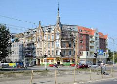 Historisches Eckgebäude mit Turm und Blendgiebel - in ähnlichem Baustil angebauter Neubau; Hauptverkehrsstraße in Stettin.