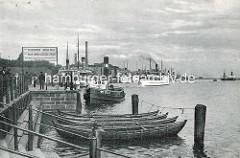 Historische Stettin, alte Fotografie vom Anleger an der Hakenterrasse; Ruderboote, Schlepper und Fahrgastschiffe am Ufer der Oder.