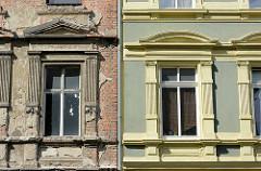 Alt + neu, Architektur in Dessau-Roßlau; restaurierte farbig abgesetzte Hausfassade neben einem renovierungsbedürftiges Gebäude.