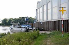 Hafenanlage am Ufer der Elbe in Roßlau /Dessau; das Binnenschiff Bonafide liegt am Kai.