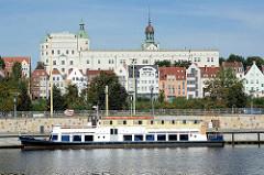 Blick über die Oder auf das Stettiner Schloss, die ehemalige Residenz der Herzöge von Pommern. Das  Renaissance-Schloss mit den grünen Turmhelmen ist jetzt ein Kulturzentrum.
