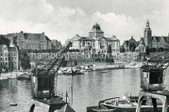 Bilder von früher aus Stettin; Blick über die Oder zu Hakenterrasse, im Vordergrund Hafenkräne.