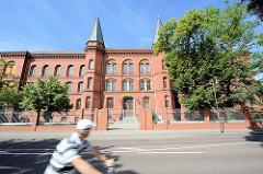Historische Backsteinarchitektur in Dessau-Roßlau; Eingang mit symmetrischen turmartigen Erkern.