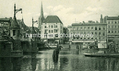 Blick über die Oder in Stettin; Ausschnitt der Hansabrücke und Schiffe auf dem Fluss.