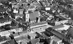 Historische Luftansicht / altes Flugbild von der Innenstadt - Blick auf die Marienkirche und den großen Markt.