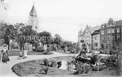 Historische Aufnahme vom Funkplatz in Dessau; Gartenanlage mit Brunnen Kindermädchen mit Kinderwagen.