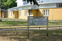 Gebäude vom Arbeitsamt in Dessau, erbaut 1929 - Entwurf Walter Gropius. Schild Amt für öffentliche Sicherheit und Ordnung.