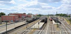Blick über das Bahngelände zum Gebäude vom Hauptbahnhof in Dessau-Roßlau.