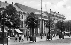 Altes Bild von Dessau, Blick zum alten Theater mit dem Säuleneingang - hohe Palmen stehen in Töpfen am Straßenrand.