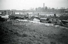 Alte Fotografie von der Billwerder Bucht in Hamburg Rothenburgsort - Binnenschiffe und Boote.