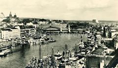 Alte Fotografie vom Hafen an der Oder in Stettin; dicht gedrängt liegen die Schiffe an der Kaianlage.
