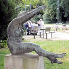 Bronzeskulptur die Hemdausziehende im Stadtpark von Dessauer; Bildhauer Gerhard Lichtenfeld