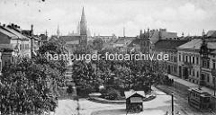 Altes Bild vom Albrechtsplatz in Dessau; Straßenbahn und Pferdefuhrwerk - im Vordergrund steht ein Fahrradfahrer am Kiosk.