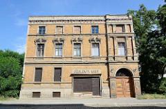 Alleinstehendes Gründerzeitgebäude mit Ziegelfassade und vernagelten Fenstern - ehemalige Bäckerei in Dessau-Roßlau.