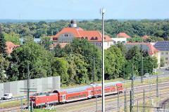 Blick über die Bahngleise zum ehemaligen Herzogliches Ober-Lyzeum / Gymnasium in Dessau; errichtet 1912 - jetzt Nutzung durch die Hochschule Anhalt.