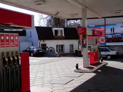 Ehemalige DEA-Tankstelle in der Ohlsdorfer Straße im Wohngebiet von Hamburg Winterhude, im Hintergrund ein kleines Wohnhaus. ( 2003 )