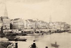 Alte Fotografie vom Hamburger Binnenhafen an den Kajen - mehrstöckige Wohn- und Geschäftshäuser an der Straße.