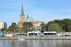 Uferpromenade an der Oder in Stettin - Anleger für Sportboote / Segelboote, kleine Cafés in der Sonne. Im Hintergrund die erzbischöfliche Jakobikathedrale / Jakobikirche.
