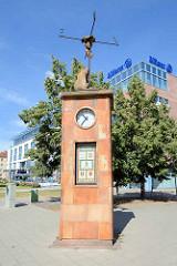 Historisches Wetterhäuschen / Bärenuhr beim Friedensplatz in Dessau; Bildhauer-Ehepaar Kieser-Maruhn.
