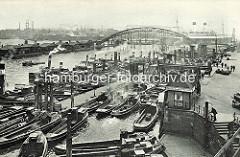 Blick auf den Niederhafen  an den Hamburger Vorsetzen; Barassen und Motorboote liegen am Steg.