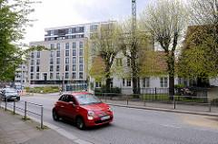 Historisches Wohnhaus  in Hamburg Winterhude, Ohlsdorfer Straße - dahinter mehrstöckige Neubauten.