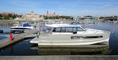 Marina / Sportboothafen an der Oder in Stettin - am gegenüberliegenden Flussufer das Panorama der historischen Architektur Stettins.