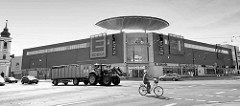 Einkaufszentrum / Stadtmitte - Dessau Center; Trecker mit Viehwagen, Radfahrer.