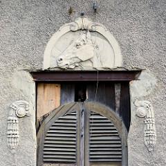 Ehem. Pferdestall der Amtsmühle von Roßlau (Elbe); Relief mit Pferdekopf und Holztür.