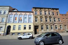 Alt + neu, Architektur in Dessau-Roßlau; restaurierte farbig abgesetzte Hausfassade.