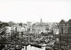 Historische Ansicht vom Hamburger Binnenhafen - es herrscht dichtes Gedränge; Schuten, Ewer und Arbeitsboote liegen eng beieinander.