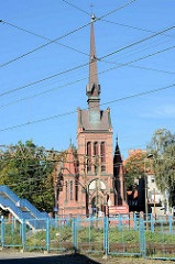 Blick über die Bahngleise im Stettiner Stadtteil zur Kirche des hl. Joseph; neogotische Kirche - geweiht 1893, Architekt Max Drechslera.